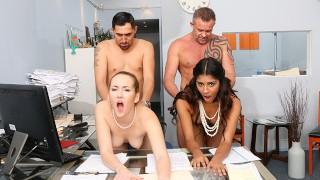 Seks z dwiema babeczkami w biurze