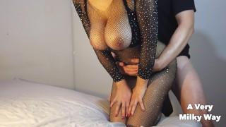 Falujące piersi naturalnie cycatej amatorki