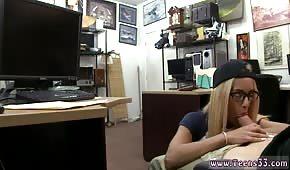 Kusząca blondyneczka ciągnie fiuta w biurze