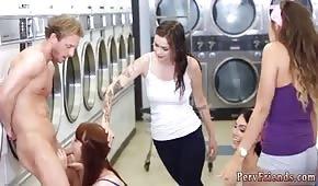 Piękne panie dogadzają facetowi w pralni