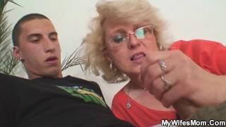 Młody chłopak posuwa dojrzałą mamuśkę