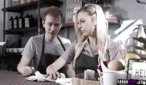 Seks z piękną blondyneczką w kawiarni
