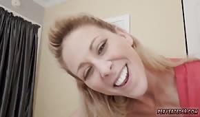 Uśmiechnięta mamuśka trzepie kutasa i liże jaja