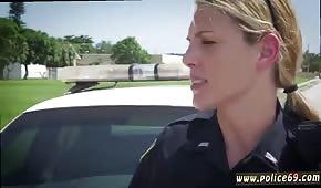 Policjantka ciągnie fiuta pod gołym niebem
