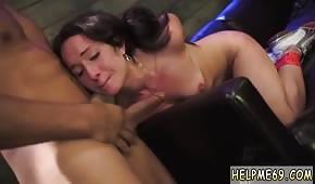 Wpycha penisa w usta czarnowłosej babeczki