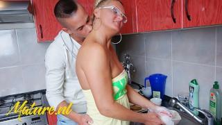 Numerek w kuchni z opaloną blondynką