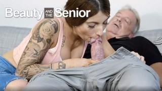 Dziadziuś zabawia się z młodą laseczką