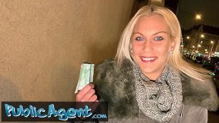 Płaci blondynce za szybki numerek