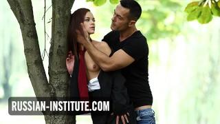 Seks w parku z małą laseczką