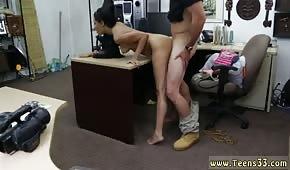 Mała laska wyruchana w biurze