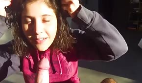 Osiemnastolatka wie jak dogodzić partnerowi