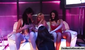Niunia ociera się cyckiem o cipkę lesbijki