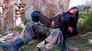 Wojskowy z kobietą rajstopom