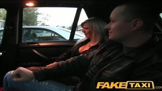 Mąż patrzy jak facet rucha w samochodzie mu żonę
